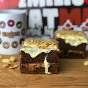 Brownie fit con choclate blanco y crema de cacahuete